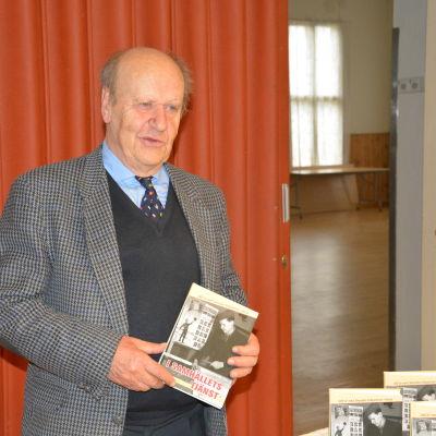 Henrik Ekberg har skrivit historiken om SFP i Karis