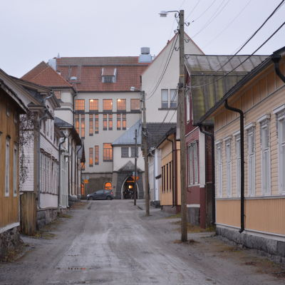 Vy över Norrmalmsgatan i Skata med gymnasiet i bakgrunden