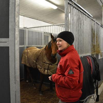 Maria Wikström i Brusabys stall i Kimito