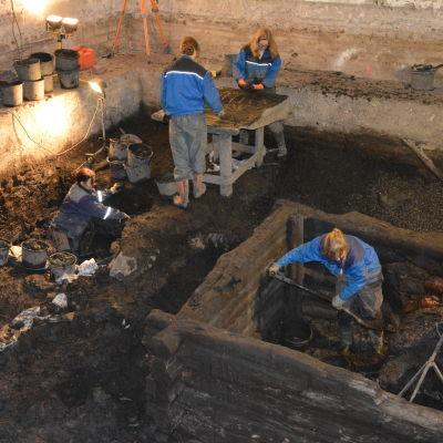 Arkeologer gräver under Katedralskolan i Åbo