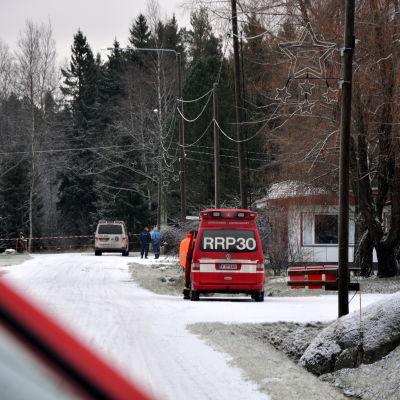 Polis och brandmän har spärrat av området.