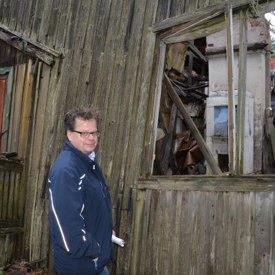 Arkeolog Jan Fast vid en tysk manskapsbarack från 1943. Den här baracken var bebodd ännu på 1960-talet.