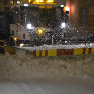 Plogbil plogar snö.