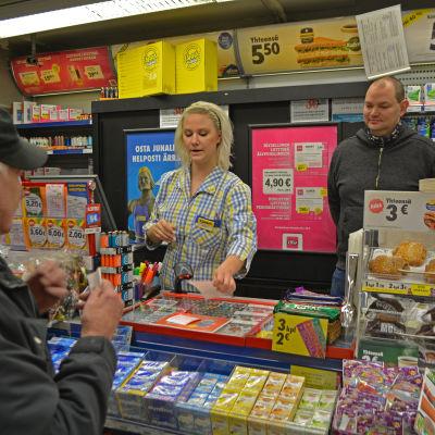 Holger Forsblom handlar med Jenni Rantala. Ägarparet Anne och Christian Andersson deltar i diskusionen