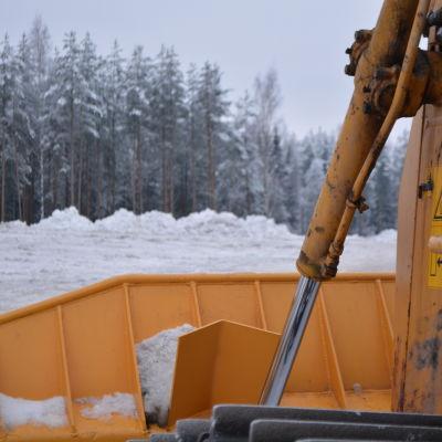 Snöplogen jämnar ut högar på Borgå snötipp