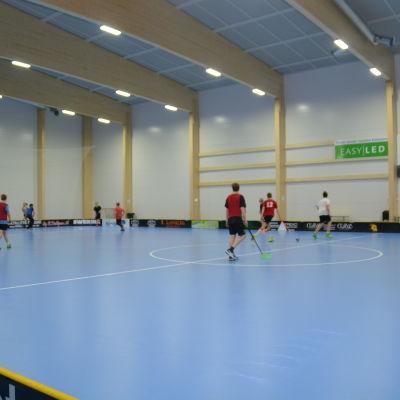 C2-pojkar (2000) spelar innebandy i Påminnehallen. C-flickor (00-02) springer.