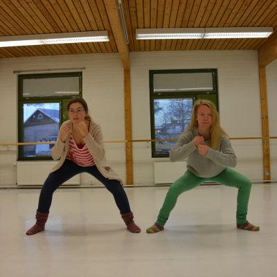 Sofia Kruskopf och Julia Holmqvist dansar i föreställningen Zona Temporalis.