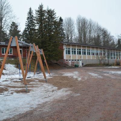 Gungor på Pojo kyrkoby skolas skolgård.