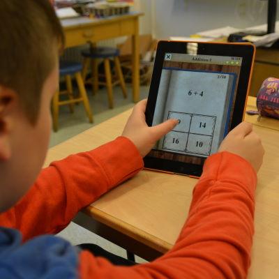 Elev räknar med hjälp av en matematik applikation i sin pekplatta.