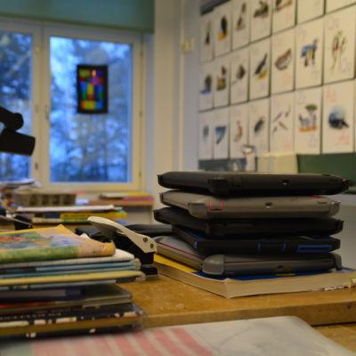 Pekplattor på en kateder i ett klassrum.