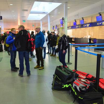 Vasaloppsdeltagare väntar på att flyget till Mora ska gå.
