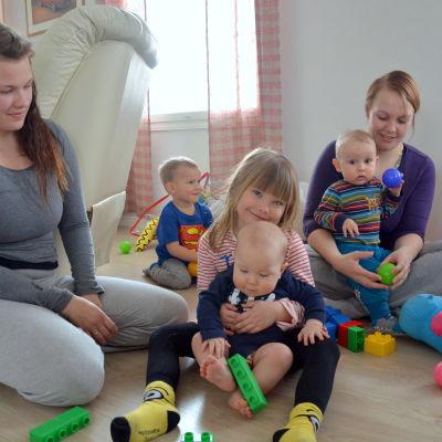 Caroline Norrgård med sina barn Thile, Ted och Noel och Emely Hagberg med Tim.