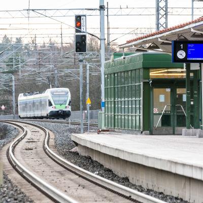 Tåg närmar sig stationen.