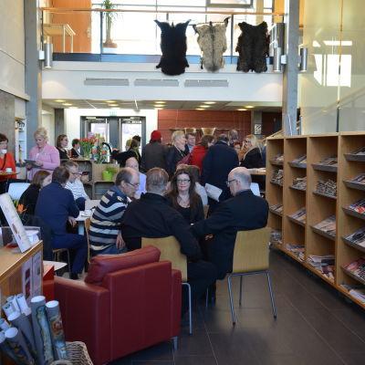 Människor inför valdebatt på Villa Lande.