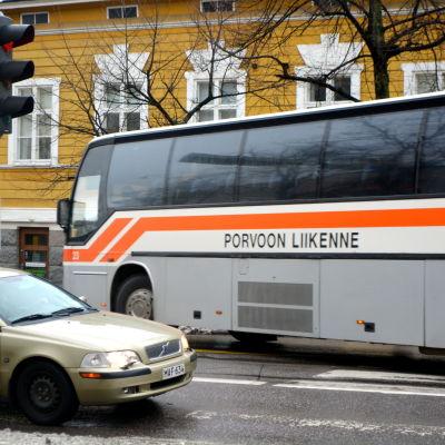 Buss som svänger från Biskopsgatan till Mannerheimgatan i Borgå.
