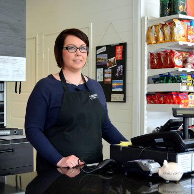 Katja Pöllänen jobbar på caféet Pumppaamo i Kerko i Borgå.