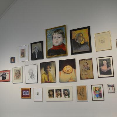 En massa tavlor på väggen i Elverket.
