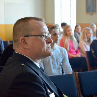 Brigadkommendör Kjell Törner från Nylands brigad besöker Borgå gymnasium.
