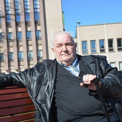 """Socialdemokraten Ulf """"Putte"""" Lindström i Stadshusparken i Hangö."""