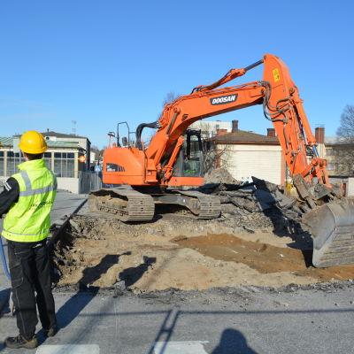 Utgrävningarna inleddes längs Rådhusgatan