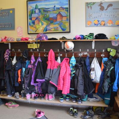 Kläder och skor utanför ett klassrum i Hangöby skola.