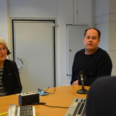 Birgitta Nordström och Niklas Wikström från föreningen Svenska synskadade i Västnyland.