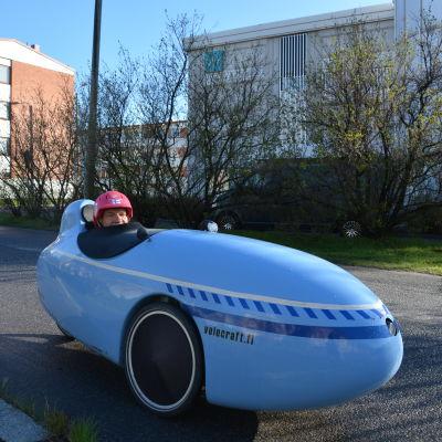 Olof Jern i sin velomobil