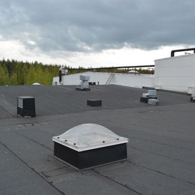 Här ryms många solfångare på taket Snellmans fabriker i Jakobstad