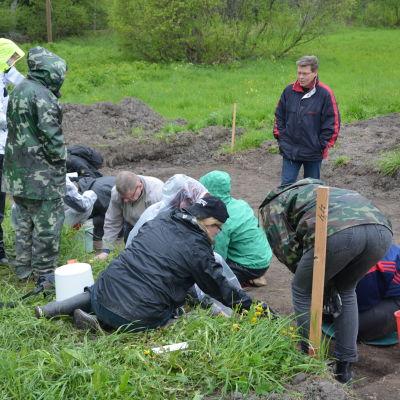 Synskadade deltar i arkeologisk utgrävning i Snappertuna.