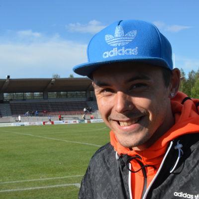 Jonathan Åstrand på hemmaplan i Närpes.