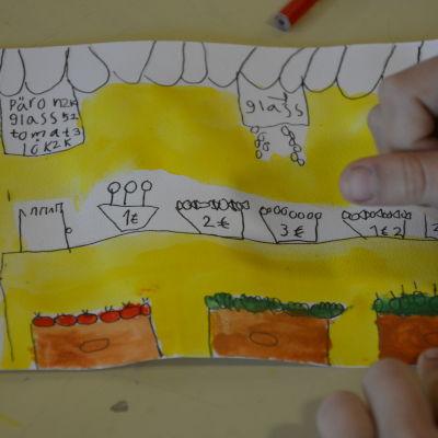 Barn som målar med vattenfärg på en teckning.