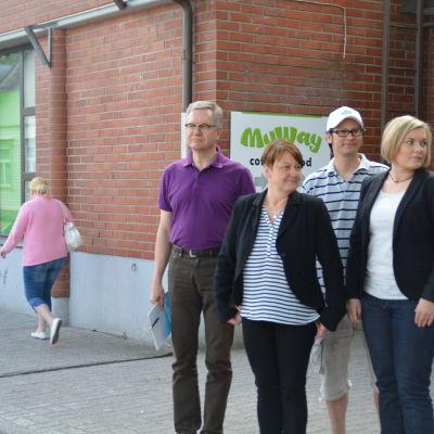 En ny mataffär öppnar i centrum av Ekenäs. Heikki Karhunen är från Arenatum som äger fastigheten, Brando Chan är köpman, Petra Rajalin äger caféet i samma byggnad och Alexandra Stoor är ordförande för Ekenäs centrumförening.