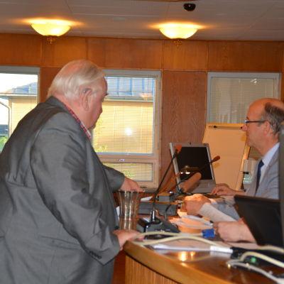 Ulf Putte Lindström röstar i stadsdirektörsvalet i stadsfullmäktige i Hangö.