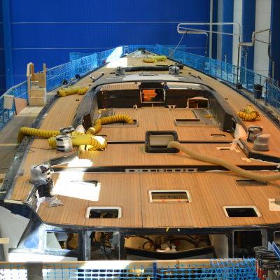 Flushdäckad segelbåt på 115 fot