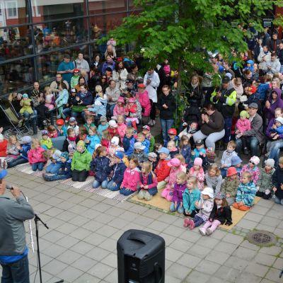 Många hade samlats vid Borgå stadsbibliotek för att lyssna på Sås och Kopp.