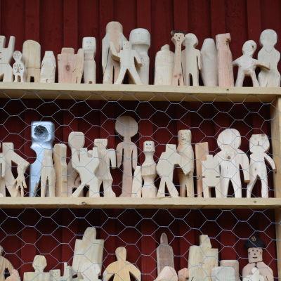 Publikens egna trägubbar fick på en hylla på Vimmerby marknad.