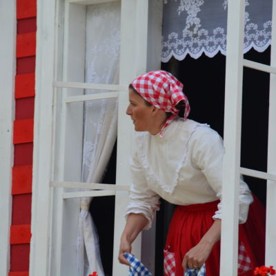 Emil mamma Alma (Jessika Elfving).