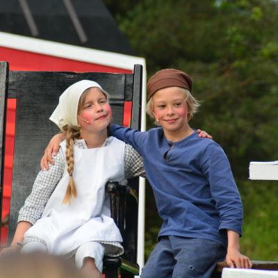 Ida (Ellen Haakana) och Emil (Albin Hampf).