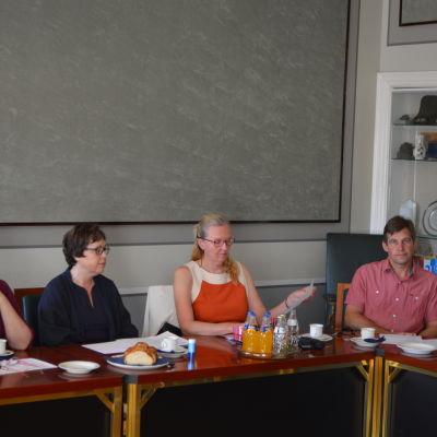 Representanter för byaråden diskuterar byarnas utveckling.