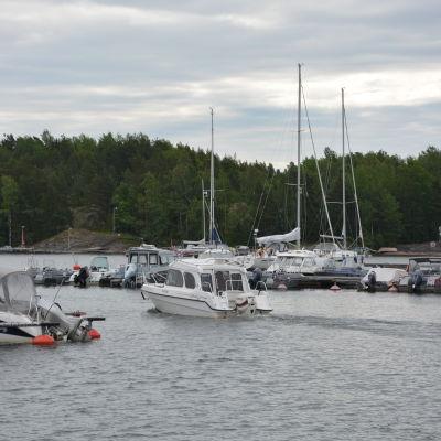 Båt som kör ut från båthamnen i Predium.