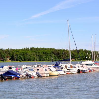 Båtar förtöjda vid brygga