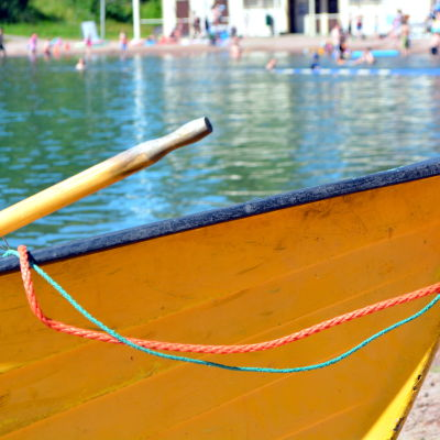 Roddbåt med strand i bakgrunden