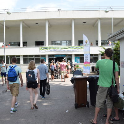 Kö vid simstadion i juli 2015