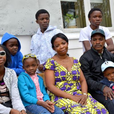 På bänken från vänster Riziki, Clementine, Machozi Amisa, Thomas med Etoka Thomas. Bakom dem står Lubunga, Kaluta och Etienne.