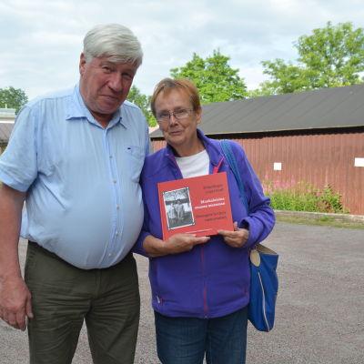 Berndt Gottberg och Lena Selén med boken Främlingar i eget land.