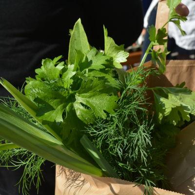 Färska grönsaker i en papperskass.