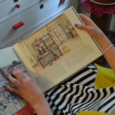 Johanna Slotte läser ur sin andra bilderbok.