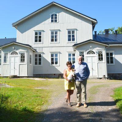 Ägarna Lilo och Kim Söderholm utanför gamla Segersby gård i Pernå.