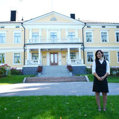 Restaurangchef Lena Magnusson framför Sannäs gård.