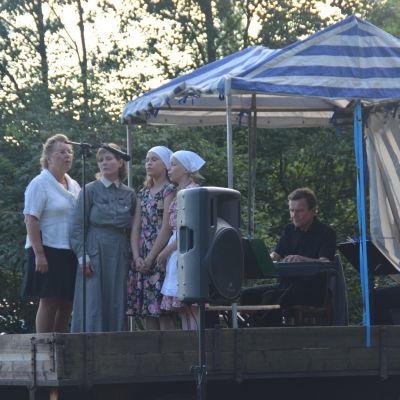 Teaterbandet på Gränsjägarens brud i Sjundeå.